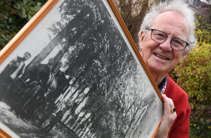 Culemborg Vrijwilliger Vic Ritschie met een foto van de werktrein die de TBClijn heeft aangelegd.Foto William Hoogteyling