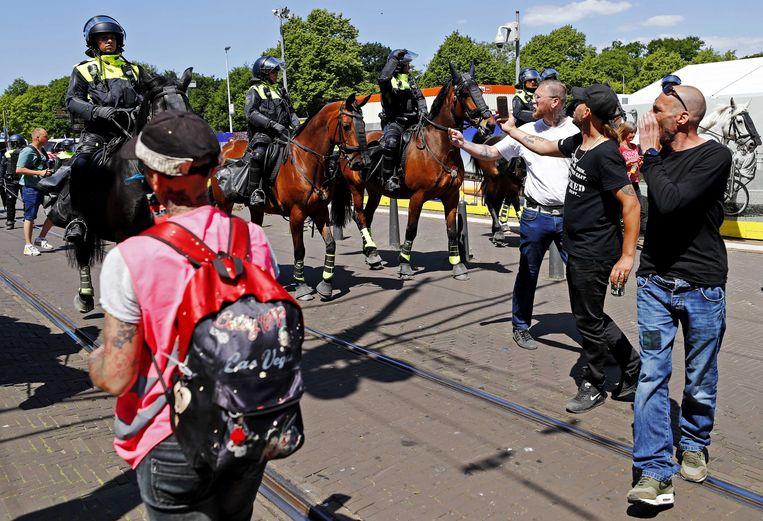 De politie heeft charges uitgevoerd tegen mensen die in Den Haag tegen de coronamaatregelen betogen.   Beeld ANP