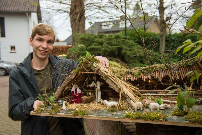 Jesper Leeuwenburg met zijn maquette van de Waalrese levende kerststal.