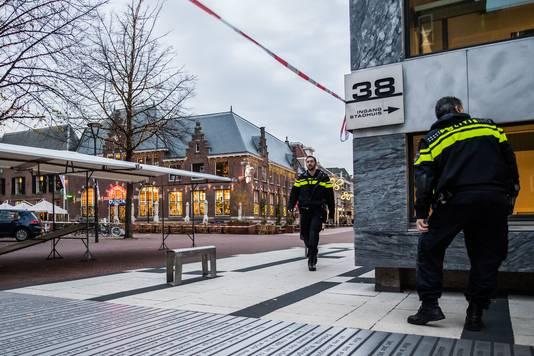 De politie bij het stadhuis van Arnhem, met op de achtergrond het afgezette Dudok waar donderdagmiddag een verdacht pakket werd aangetroffen op een terrastafel.