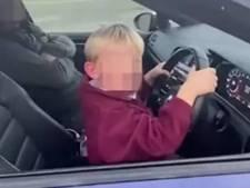 Un garçon de 6 ans roule sans ceinture avec une Volkswagen Golf