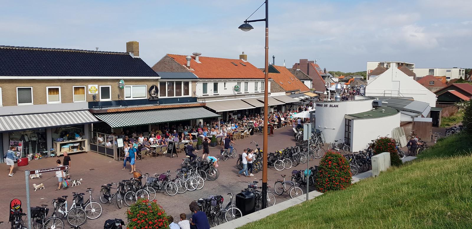 Volle terrassen in de Langstraat in Zoutelande.