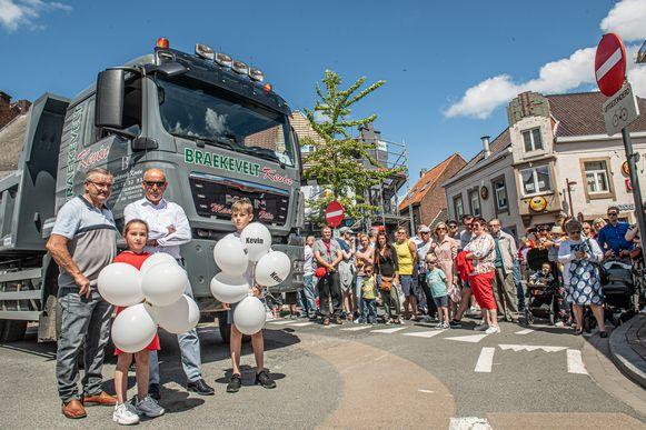 Kinderen Mauro en Zita staan klaar met de ballonnen. We zien ook grootvader Wim Braekevelt en burgemeester Dirk Verwilst.
