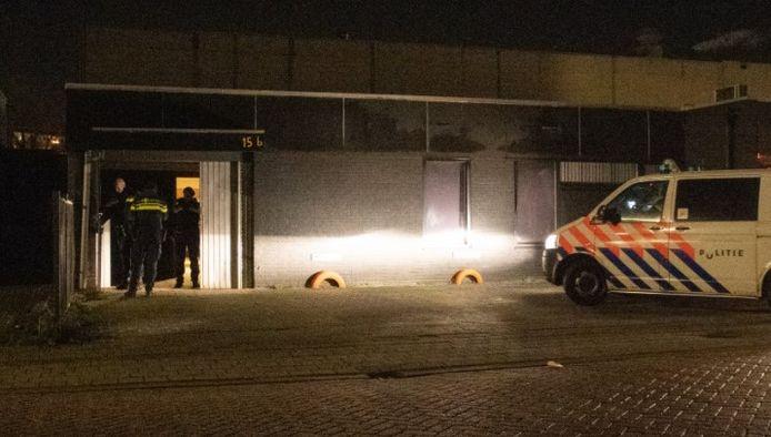 Politie bij het wietpand op het bedrijventerrein in Deventer.