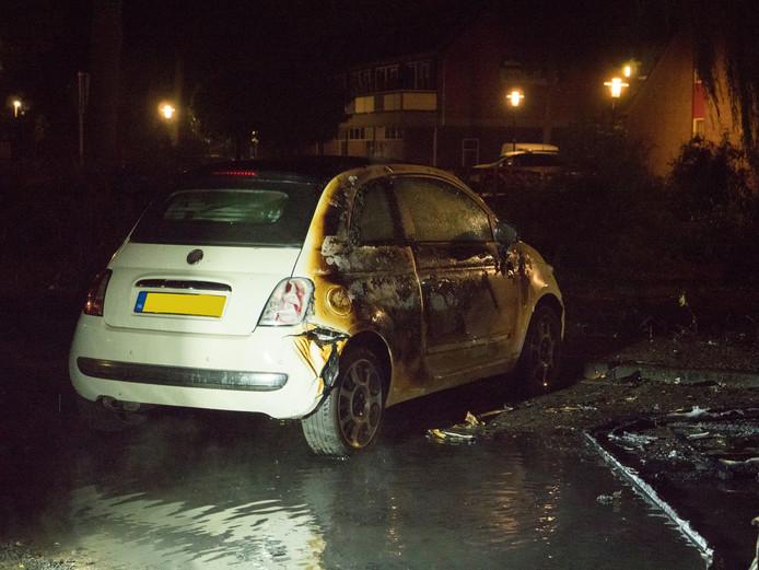 Een naast de camper geparkeerde Fiat liep grote schade op.