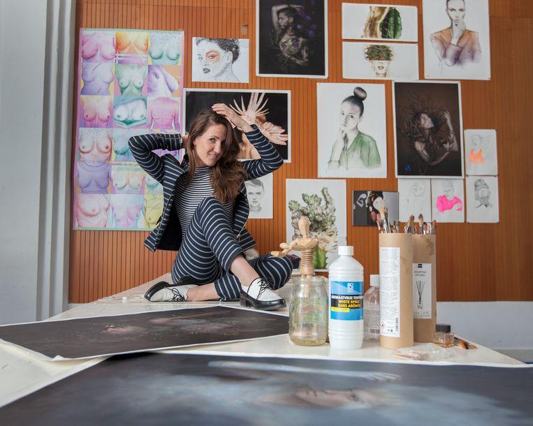 Liselotte Wijma, kunstenares, in haar atelier met op de achtergrond haar werk. Beeld Maartje Geels