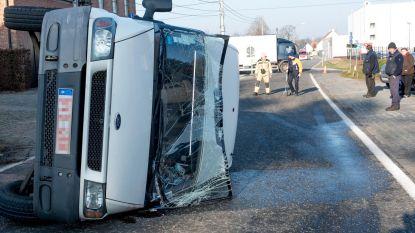 Bestelwagen kantelt na aanrijding met vrachtauto