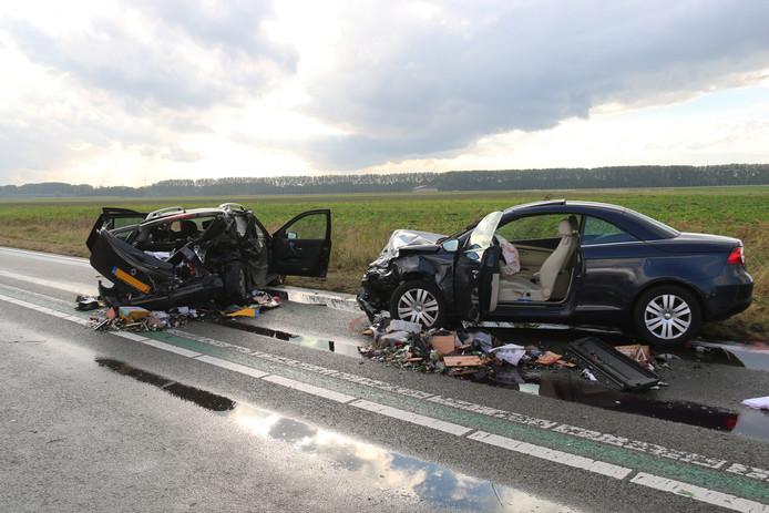 De ravage na het ongeluk op de Tractaatweg, waarbij Mariela Battistella Kloet op 1 oktober 2016 haar vader verloor (archiefbeeld).