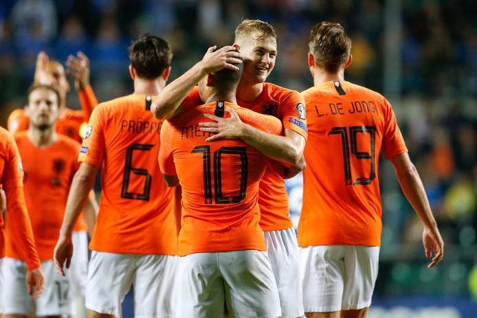 Memphis Depay wordt gefeliciteerd door Matthijs de Ligt na zijn goal tegen Estland.