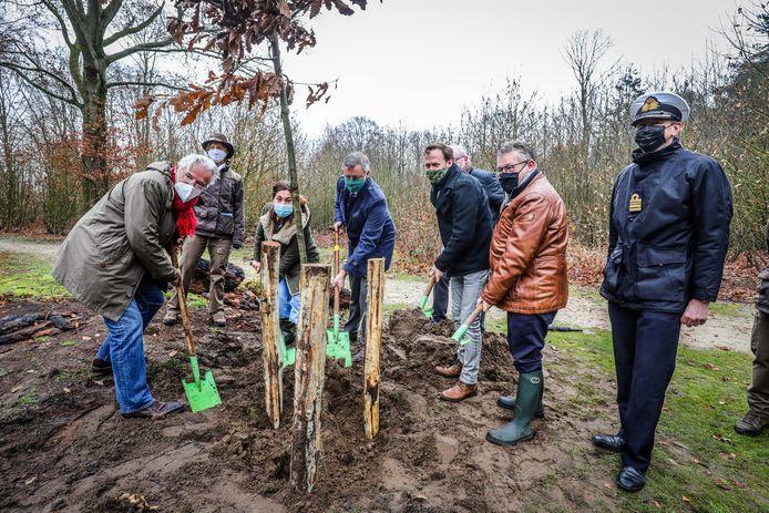 Vlaams minister Zuhal Demir en burgemeesters Jos Sypré, Dirk De fauw en Joachim Coens planten samen de wintereik.