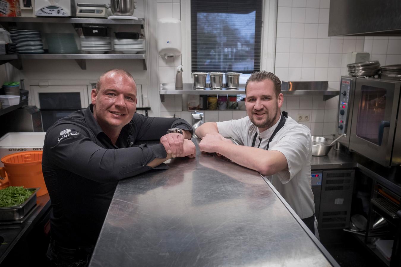 """Frank (rechts) en zijn broer Robert Bregman van De Oude Post in Renkum. ,,Toen we op 15 maart te horen kregen dat we om 18.00 uur dicht moesten, zijn we gelijk gaan schakelen."""""""