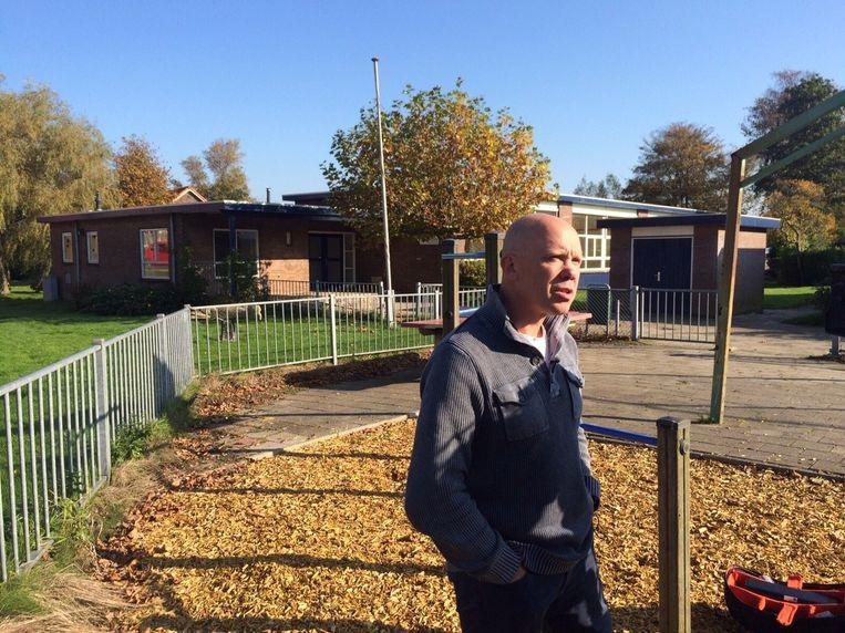 Harold Halewijn voor de leegstaande school in Oostknollendam. Beeld Pieter Hotse Smit