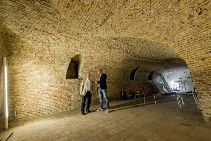 De monumentale kelder van het Koetshuis is een van de grootste en mooiste van Bergen op Zoom. Prima voor presentaties en bijeenkomsten, denkt projectleider Ton van Wijk (rechts). Hij geeft wethouder Ad Coppens uitleg. Foto's Tonny Presser/ix4Profs