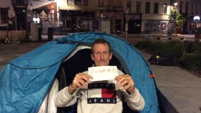 Dakloze man die 12 dagen voor gemeentehuis van Elsene kampeerde, behoudt zijn leefloon
