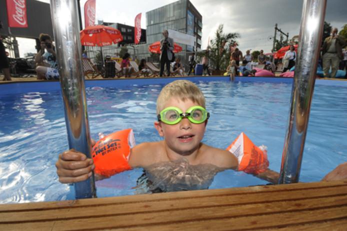Thomas van Loon neemt de eerste duik in het strandbad. Foto Reinier van Willigen