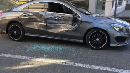 Vrachtwagen veroorzaakt zware schade aan personenauto bij manoeuvre, maar voelt niets