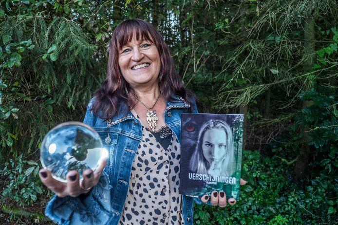 Hilda Spruit met haar nieuwe boek.