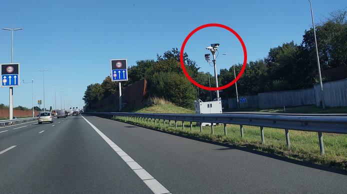 De camera's langs de A28 bij Zwolle die volgens veel mensen een flitspaal zou zijn.