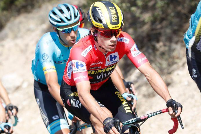 Primoz Roglic, de trotse drager van de rode trui in de Vuelta.