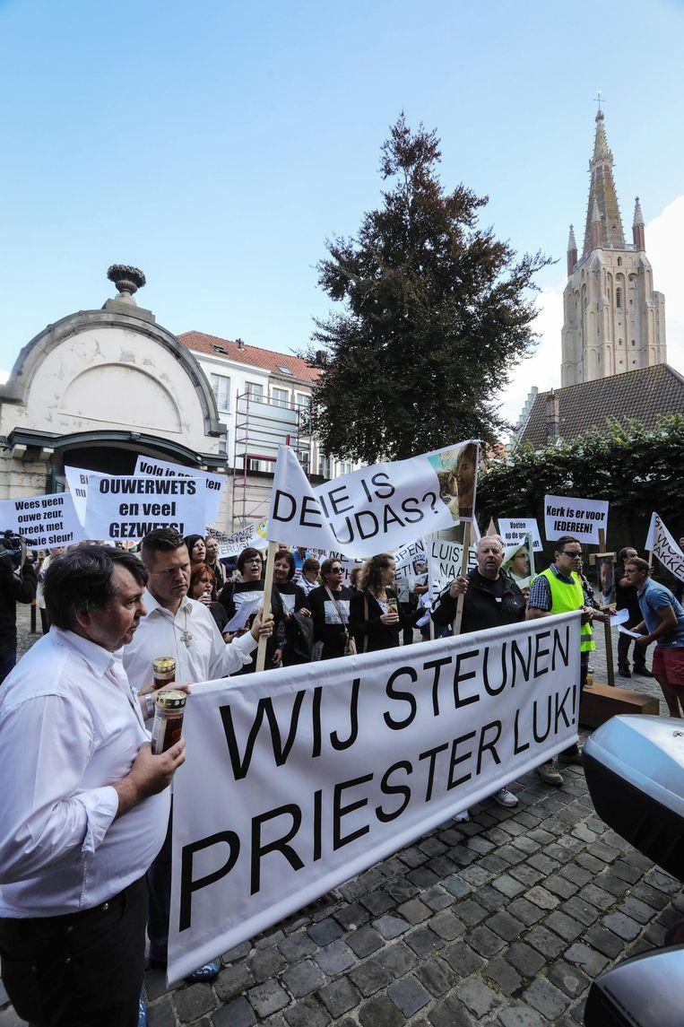 150 mensen voerden afgelopen weekend actie in Brugge om de afgezette pastoor Luk Brutin te steunen.