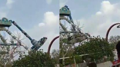 Huiveringwekkend: attractie in India komt los en valt 6 meter naar beneden, minstens 2 doden
