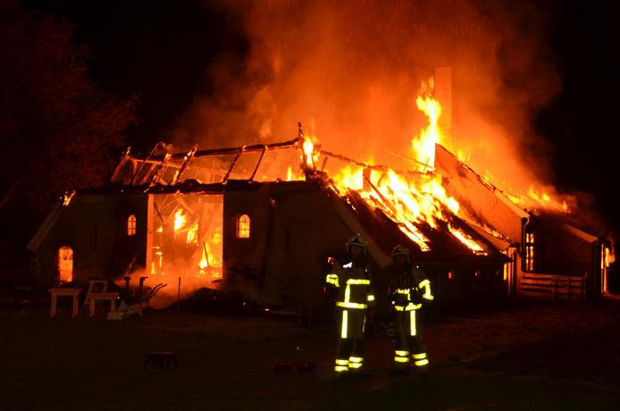 Het vuur legde de boerderij volledig in de as.