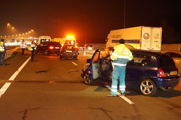 Bij het ongeluk liepen drie auto's ernstige schade op. Ook zouden er meerdere vrachtwagens bij het ongeluk zijn betrokken.