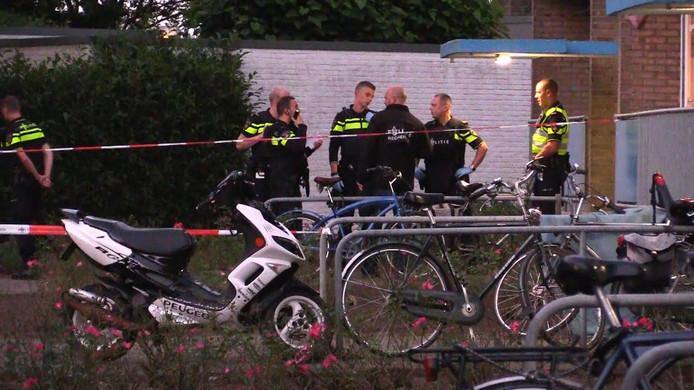 De politie onderzoekt de vechtpartij in de flat aan de Horstweg.