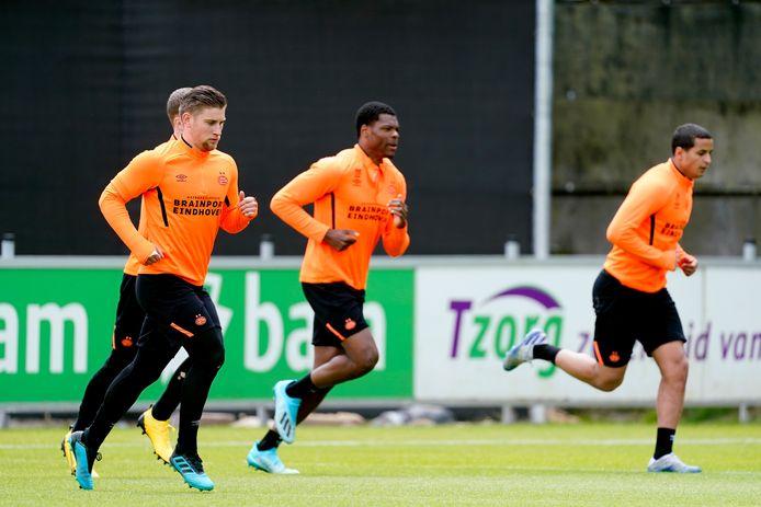 Mike van de Meulenhof tijdens de training van PSV, samen met Denzel Dumfries en Mohamed Ihattaren.