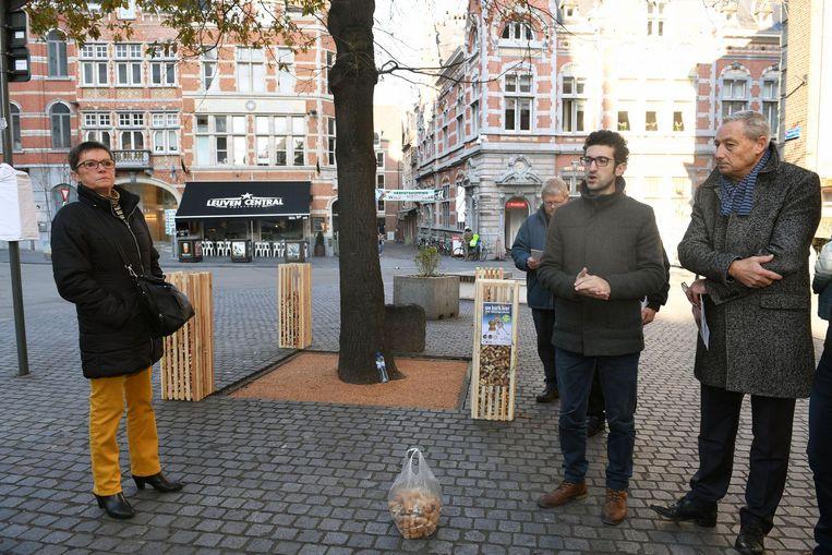 Schepen Mohamed Ridouani geeft uitleg bij de vredeseik op het Margaretheplein, waarvan de boomspiegel als eerste werd bekleed met kurk.