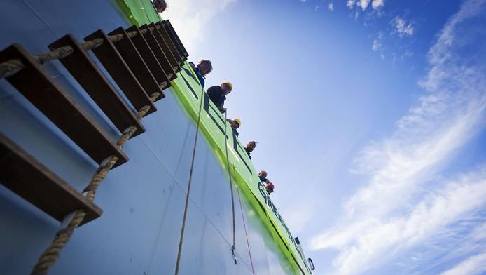 Actievoerders van Greenpeace roepen de Klaverbank, in de Noordzee, uit tot zeereservaat.