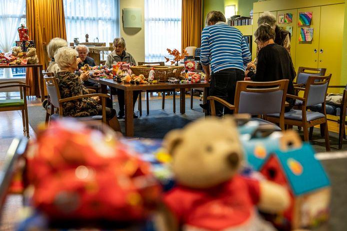 Ouderen van dagcentrum Wissehaege pakken cadeautjes in voor Veldhovense kinderen.