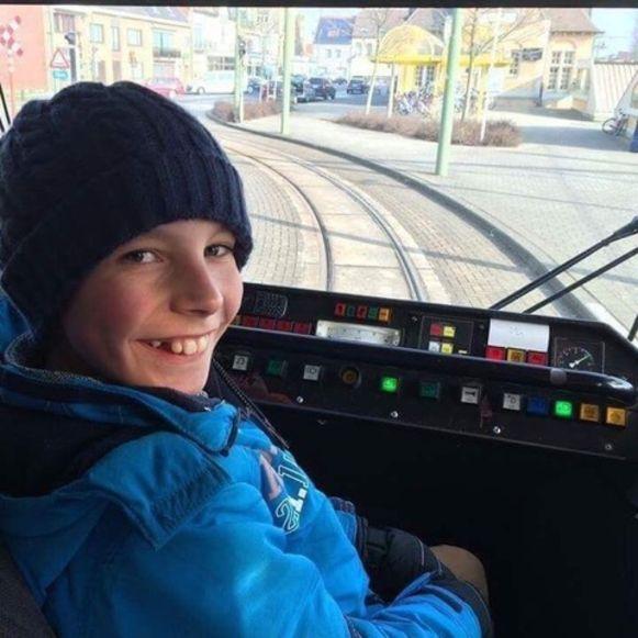 Een foto uit het persoonlijk archief van Andreas (14). Hij heeft een passie voor trams en mocht van een chauffeur eerder al eens plaatsnemen op de bestuurdersstoel.