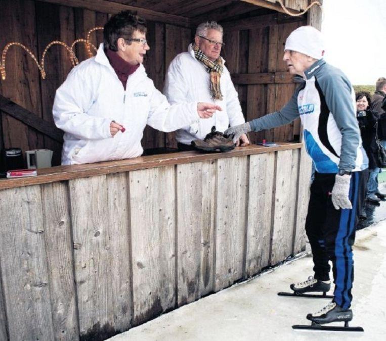 In 2011 reed Van den Berg nog een tocht op de ijsbaan in Biddinghuizen, om geld op te halen voor de Nierstichting. Beeld Patrick Post