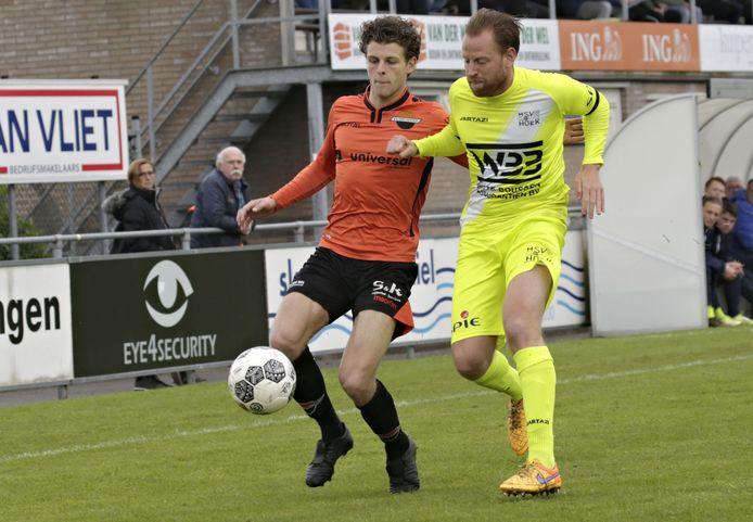 Kim van den Bergh (rechts), hier vorig seizoen duellerend met Smitshoek-speler Bart Deprez, moet het duel met De Dijk aan zich voorbij laten gaan.