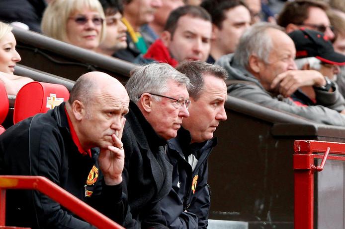 Alex Ferguson (midden) op de bank van Manchester United.