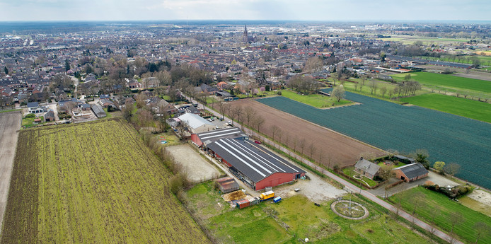 Dronefoto van Harenseweg 14 te Berghem.  Hier komen studio's voor arbeidsmigranten.