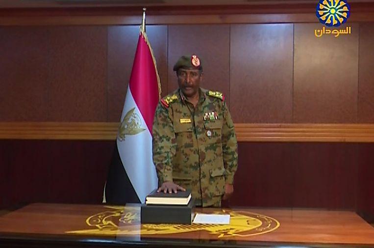 De nieuwe machthebber in Soedan, luitenant-generaal Abdel Fattah Abdelrahman Burhan legt de eed af. Beeld AFP