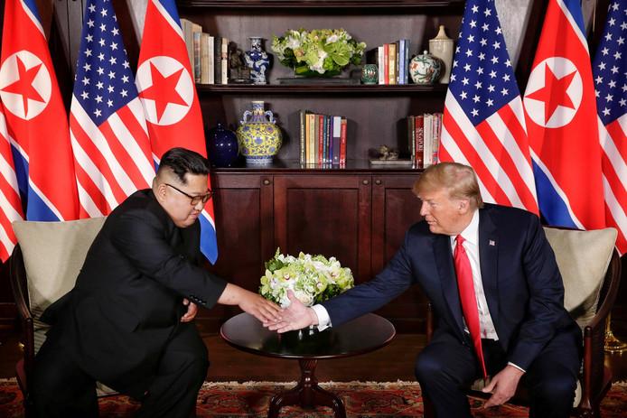 De Amerikaanse president Donald Trump schudt de hand van de Noord-Koreaanse leider Kim Jong-un bij hun ontmoeting in Singapore.