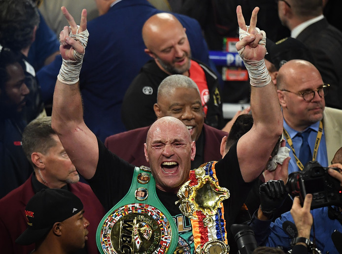 Tyson Fury met de felbegeerde kampioensgordel.
