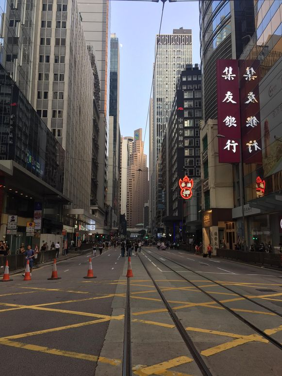 Een van de drukste straten van Hongkong ligt er nu zo goed als verlaten bij.