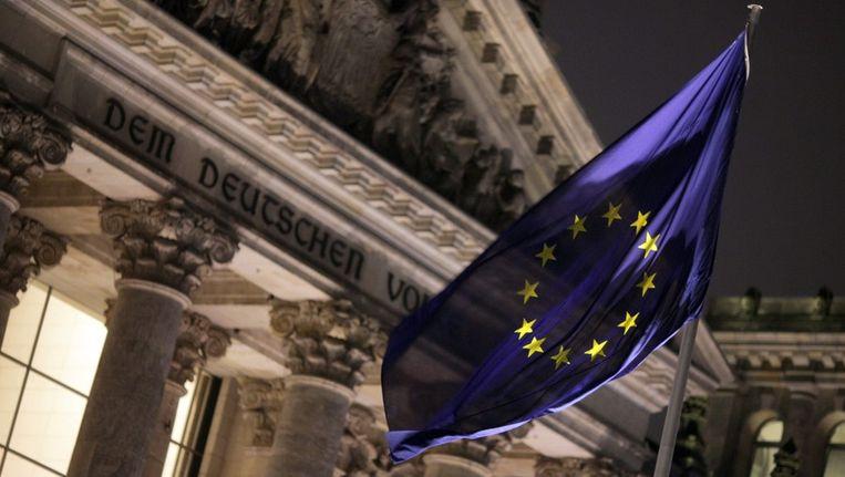 De Europese vlag wappert voor het Duitse parlement. Beeld epa