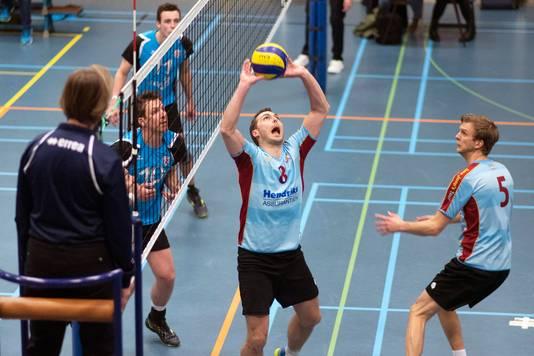 Benno Lansdorp brengt de bal in de lucht bij een aanval van Aetos.