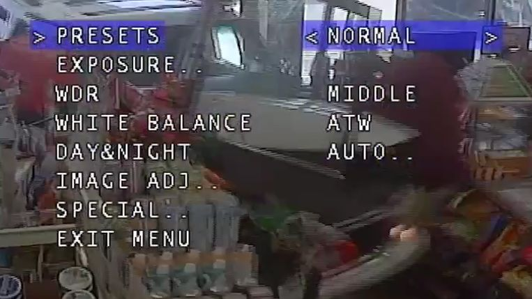 SUV rijdt winkel aan tankstation binnen