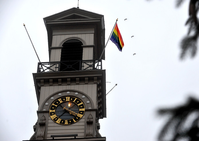 De gemeente Dordrecht heeft gisteren de regenboogvlag gehesen als statement tegen de Nashville-verklaring.