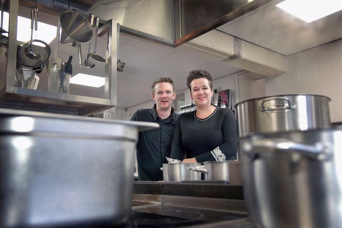 Eigenaren Johan en Milena Visser in de keuken van restaurant Old Skool in Druten.