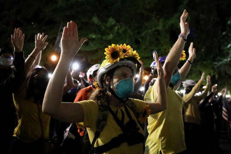 Moeders beschermen demonstranten in Portland. Beeld REUTERS
