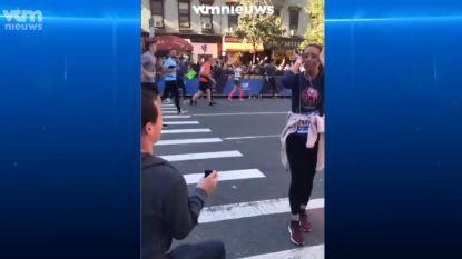 En dan weer verder lopen: man vraagt vriendin ten huwelijk tijdens marathon van New York