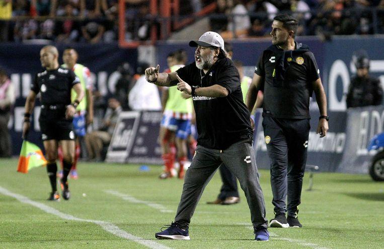 Diego Armando Maradona aan de zijlijn tijdens een wedstrijd van het Mexicaanse Dorados.