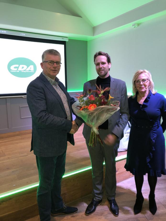 Arnold Kasteel ontvangt bloemen van voorzitter Dick van de Streek en CDA-fractievoorzitter Joke Grotenhuis.